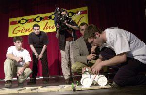 Finale québécoise du Défi génie inventif ÉTS en 2004. Un jeune essaie son prototype.