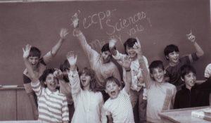 Un groupe d'exposants pour les Expo-sciences dans les années 60.