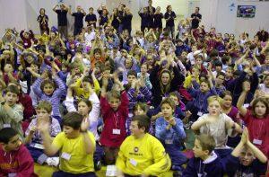 Beaucoup de participants et de participantes à la Journée nationale du Club des Débrouillards en 2002.