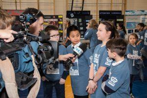 Les médias qui discutent avec les élèves de l'école.